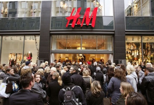 Crowds of Shoppers outside H&M (Reuters/Christian Charisius)
